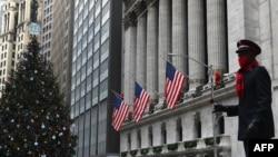 聖誕假日救世軍義工在紐約華爾街請求行人捐款。