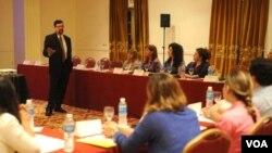 Gustavo Win, de la Voz de América, fue uno de los panelistas del entrenamiento.