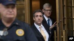 အေမရိကန္သမၼတ Donald Trump က သူ႔ရဲ့ ေရွ႕ေနေဟာင္း Michael Cohen ျပည္ေထာင္စု တရားရံုးက ထြက္လာစဥ္ (ၾသဂုတ္လ ၂၁၊ ၂၀၁၈ခုႏွစ္)