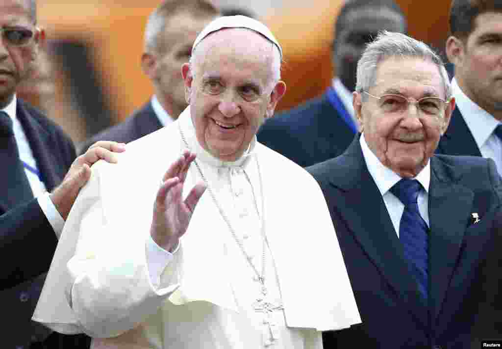 کیوبا کے صدر راؤل کاسترو نےپوپ فرانسس کا پر تپاک استقبال کیا۔