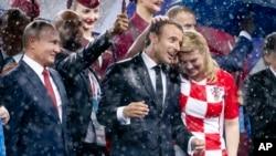 俄羅斯總統普京(左起)、法國總統馬克龍和克羅地亞總統基塔羅維奇(身穿格子衫的女士))參加了頒獎典禮。