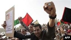 Prijatelji i rođaci uzvikuju anti-vladine parole na sahrani 22-godišnjeg Mahmuda Maki Abu Takija, koji je stradao tokom sukoba sa policijom u selu Sitra u Bahreinu