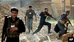 17일 아프가니스탄 카불에 무장조직 탈레반의 로켓포 공격이 있은후, 정부군이 사태를 수습하고 있다.
