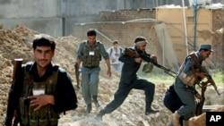Pasukan keamanan Afghanistan dalam pertempuran dengan militan Taliban di Kabul hari Kamis (17/7).