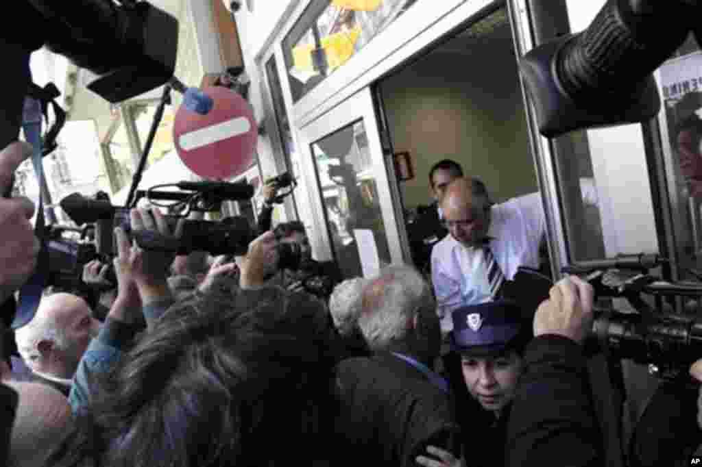28일 키프로스 라이키 은행 니코시아 지점에서, 은행 문이 열리자 건물 안으로 밀려들어오는 인파.