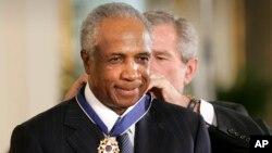 El expresidente George W. Bush coloca a Frank Robinson la Medalla Presidencial de la Libertad en el Salón Este de la Casa Blanca en Washington, el 9 de noviembre de 2005. Robinson falleció el jueves 7 de febrero de 2019.