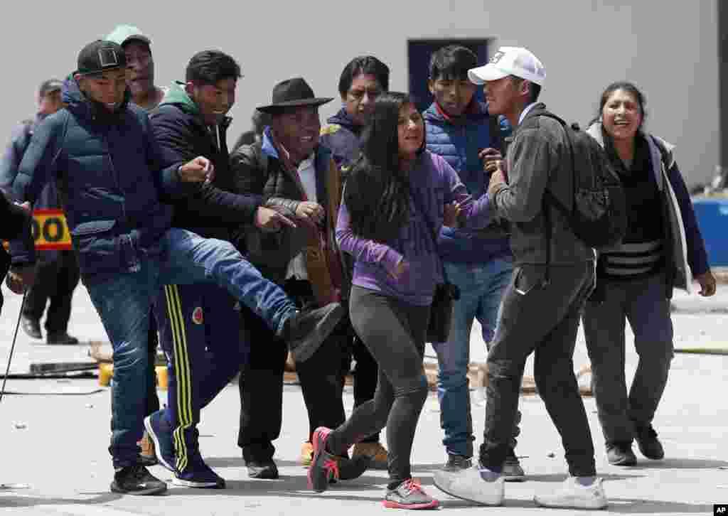 بیست روز بعد از انتخابات ریاست جمهوری بولیوی، تنش بین طرفداران دو نامزد ادامه دارد. رئیس جمهوری این کشور امروز تحت فشار معترضان پذیرفت که دوباره انتخابات برگزار کند.