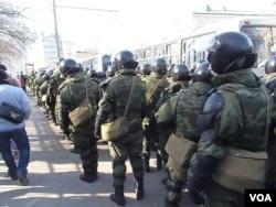 2012年3月莫斯科市中心反政府示威时,捷尔任斯基师士兵。(美国之音白桦拍摄)
