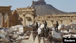 叙利亚军队士兵站在帕米拉古城贝尔庙的废墟上。 (2016年4月1日)
