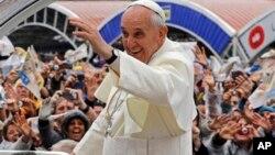Người hành hương chào đón Đức Giáo Hoàng khi ngài đến Đền thánh Đức Mẹ Aparecida, Brazil