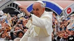 Hàng trăm ngàn thanh niên chen chúc trong thành phố đợi chào đón Đức Giáo Hoàng.