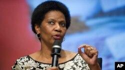 Phumzile Mlambo-Ngcuka, directrice d'ONU Femmes, s'exprimant sur l'autonomisation des femmes et des filles au siège de la Banque mondiale à Washington, 14 mai 2014. (AP Photo/Cliff Owen)