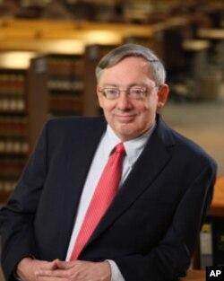 和散那-塔布尔路德教会的律师道格拉斯•莱科克