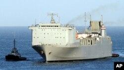 کشتی «کیپ ری» (Cape Ray) در حال ورود به سواحل جنوب ایتالیا - ۱۰ تیر ۱۳۹۳