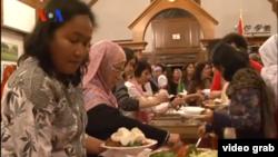 Komunitas muslim Indonesia berbuka bersama di kediaman Dubes RI di Washington DC (12/7). Selama bulan Ramadan kegiatan amal dan pengumpulan dana bantuan oleh komunitas muslim Indonesia juga semakin gencar.