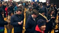 미국 대선 투표일인 8일 오전 뉴욕 브루클린의 한 투표소에 한표를 행사하려는 유권자들이 몰려있다.