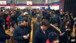 Para calon pemilih menunggu giliran untuk memberikan suaa di salah satu TPS di Brooklyn, New York, 8 November 2016 (AP Photo/Bebeto Matthews).