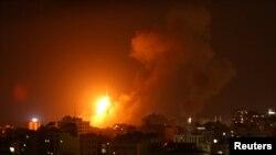 غزہ کے ایک علاقے پر اسرائیل کے فضائی حملے کے آگ اور دھواں بلند ہو رہا ہے۔
