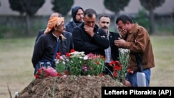 Keluarga korban ledakan tambang batubara di pemakaman korban.