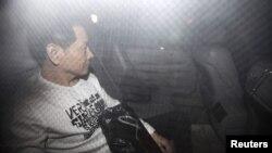 """Mantan pemimpin triad Wan Kuok-koi, alias """"Gigi Patah"""", meningggalkan penjara Coloane di Macau dengan menaiki mobil Lexus putih setelah menjalani hukuman 15 tahun (1/12)."""