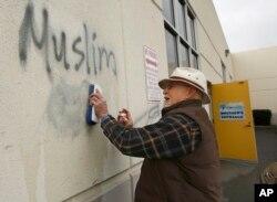 Неизвестные преступники нарисовали граффити оскобительного содержания на стене мечети в Розвилле, Калифорния