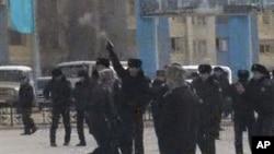警方與示威者對峙。