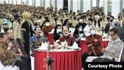 Ribuan praja nampak mengikuti acara makan siang bersama di kampus IPDN, Jatinangor, Jawa Barat. (Sumber: Twitter NuiceMedia)