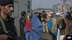 طورخم پر پاک افغان سرحد پر موجود مسافر (فائل فوٹو)