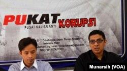 Zaenur Rochman (kiri) dan Zainal ARifin Mochtar di kantor PUKAT UGM, Jumat, 21 Nov 2014 (Foto: VOA/Munarsih)