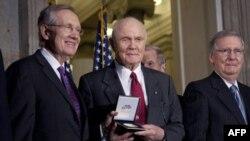 Конгресс США наградил знаменитых астронавтов
