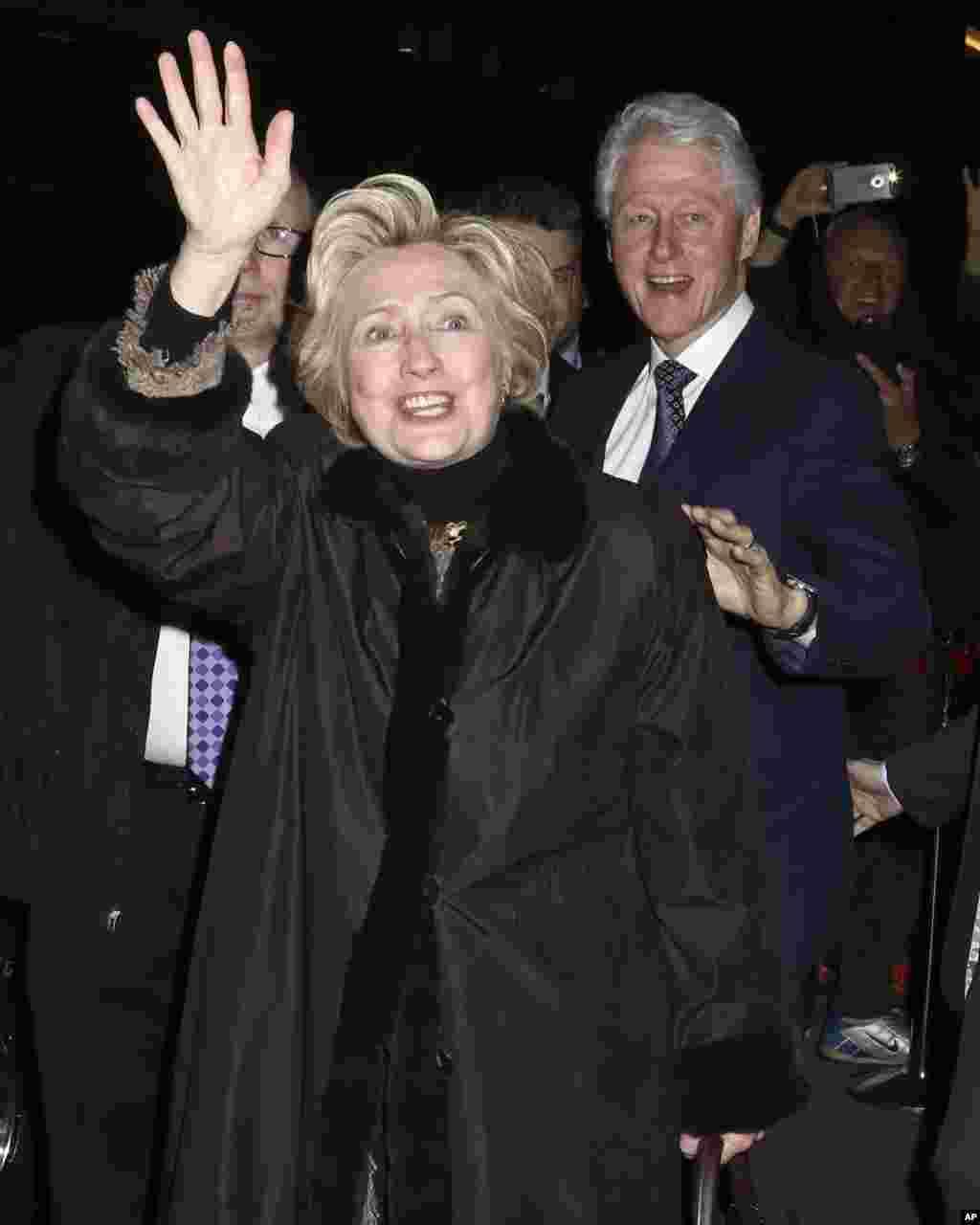 """По признанию Клинтон, оправиться после поражения на выборах ей помогла семья, друзья, прогулки в лесу, молитвы, красное вино - и бродвейские шоу. На фото - Хиллари и Билл Клинтон после посещения бродвейского мюзикла """"В пути"""" (""""In Transit""""), 1 февраля 2017."""