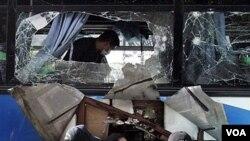 Polisi Filipina memeriksa bus penumpang yang hancur terkena ledakan di Manila, Selasa (1/25).