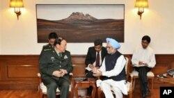 中國國防部長梁光烈2012年9月4日訪問印度與印度總理辛格會談 (資料照片)