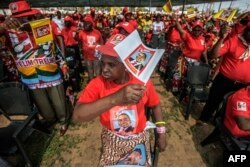 Supporters of Mozambican Liberation Front (FRELIMO) presidential candidate Filipe Nyusi cheer during the final FRELIMO campaign rally on the outskirts of Maputo, Oct.12, 2014.