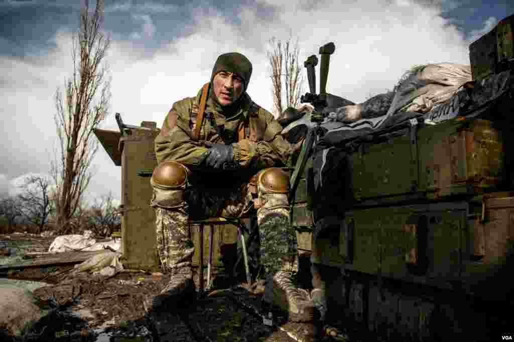 فرماندهی در سنگرهای خط مقدم در همهمه صدای توپ باران سنگين نشسته است. وی ۷۰۰ متر با مواضع طرفداران روسيه فاصله دارد و صدای توپ باران حتی يک لحظه هم قطع نمی شود.عکس از آدام بيلز از صدای آمريکا.