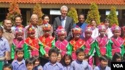 Herbie Hancok (paling belakang, ketiga dari kanan) saat mengunjungi SD Negeri Percontohan 12, yang terletak di kawasan Benhil, Jakarta Pusat, Kamis (22/12).
