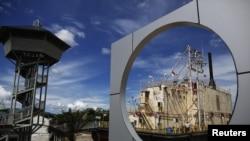Kapal yang tersapu ombak sampai ke daratan pada tsunami 2004.