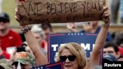 Pendukung Trump dalam sebuah kampanye di Greensboro, North Carolina (14/10). (Reuters/Mike Segar)