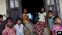 Anak-anak muslim di tempat penampungan pengungsi di luar wilayah Sittwe, 16 Mei 2013 (Foto: dok). PBB mendesak Burma agar menyelesaikan status kewarganegaraan dan kebutuhan jangka panjang bagi minoritas Muslim Rohingnya.