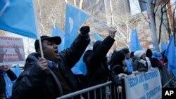 ویغور مسلمان اقوام متحدہ میں چین کے مستقل مشن کے سامنے اپنے رشتہ داروں کی بازیابی کیلئے احتجاجی مظاہرہ کر رہے ہیں۔ (فائل)