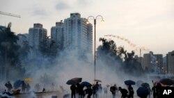 Manifestan ki t ap lanse bwat gaz lakrimojèn sou lapolis nan Hong Kong nan jounen lendi 5 out 2019 la. (Foto AP/Kin Cheung).