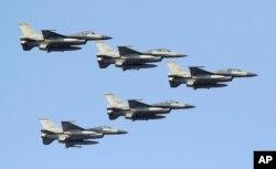 台湾空军的美制F-16战机在台南空军基地上空编队飞行。(2014年1月16日)