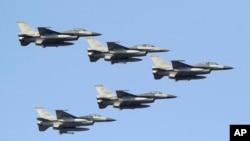 台灣空軍的F-16戰機編隊從台南空軍基地上空飛過。(2014年1月16日)