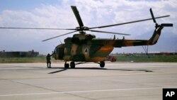 هیلیکوپتر های Mi-17 ترانسپورتی است، اما سربازان افغان از آن برای جنگ کار می گیرند