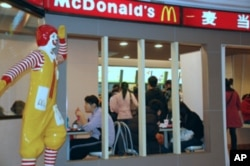 """北京的麦当劳餐厅: 麦当劳的""""巨无霸""""汉堡包也涨价了"""