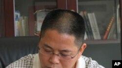 河南风雅颂置业公司总经理曹天在工作