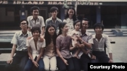 Tác giả, bên phải, cùng với gia đình người anh họ trên đảo Grande Island ở Subic Bay, Philippines tháng 5/1975 (ảnh Bùi Văn Phú)