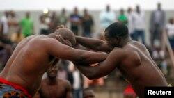 Le Nigérien Lamine Medeba combat le Sénégal Pape Sene lors d'une compétition de lutte, à Abidjan, en Côte d'Ivoire, le 17 août 2014.