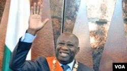 Presiden Laurent Gbagbo melambaikan tangan setelah disumpah pada sebuah upacara yang disiarkan oleh televisi pemerintah di Abidjan.