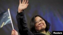 민진당 차이잉원 후보의 승리가 확정된 16일 차이 후보가 지지자들을 향해 손을 흔들고 있다.